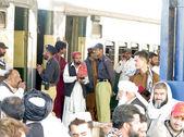 Eine große Anzahl von Reisenden warten auf Zug-Abfahrten wie die Zugverbindung von allen Kreuzungen und Stationen aus Belutschistan nach Bombenexplosion angehalten wurde — Stockfoto