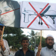 Activists of Pasban are protesting against drone attacks by U.S.A under the border limits of Pakistan and chanting slogans in favor Dr. Afia Siddiqui who is in American jail — Stock Photo