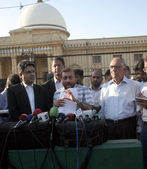 Muttehida Qaumi Movement leader Dr Farooq Sattar flanked by Advocate Farogh Nasim talks to the media outside the Supreme Court Karachi Registry — Stock Photo
