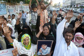 Relatives of Muhammad Arshad who kidnapped and killed by kidnappers, are chanting slogans against his murder and demanding to punish arrested culprits — Stock Photo