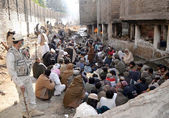 Anti Narcotics Forces officials arrest a large number of drug addicts during a search operation at City Nala area near Jinnah road in Quetta — Stock Photo