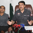 SSP East, Pir Muhammad Shah briefs to media persons about weapons and secret documents that seized during intelligence based targeted raid in Drigh Road — Stock Photo