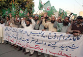Sunni Tehreek are chanting slogans in favor of Pak Army and in against of the conspiracy which is going to create by Jamat-e-Islami Ameer Munawar Hassan statement nationwide — Stock Photo