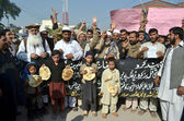 Members of Muttehida Rickshaw Union are protesting against high handedness of traffic wardens during a demonstration at Peshawar press club — Stock Photo