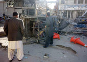 Security and rescues officials gather at the site after a powerful blast occurred near Sarki Road in Quetta — Foto de Stock