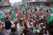Leaders and activists of Ahle Sunnat Wal Jamat chant slogans against sectarian clashes in Rawalpindi — Stock Photo