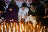 Sindh Assembly members enlightening candles in memory of Nelson Mandela who died on Thursday at age 95 — Stock Photo