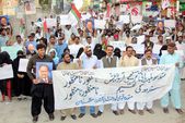 Activists of Muttehida Qaumi Movement (MQM) chant slogans against Sindh Local Government Bill, during protest demonstration at Sukkur press club — Stock Photo