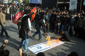 Activists of Imamia Students Organization (ISO) burning USA and Israel flags after noon prayer during Chehlum (40th Day) of Imam Hussain (A.S) procession — Stock Photo