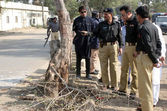 Security officials inspecting site after dual bomb blast in Orangi Town area occurred near an Imam Bargah, in Karachi — Stock Photo