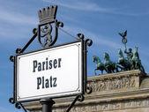Pariser platz y la cuadriga en la capital de alemania, berlín — Foto de Stock