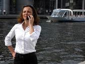 La mujer de negocios está tenso durante una llamada telefónica — Foto de Stock