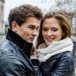 casal em casacos de inverno abraçando — Fotografia Stock  #38169275