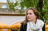 Vrouw sjaal dragen terwijl het weg zoeken — Stockfoto