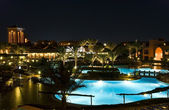 Hotel resort by night — Stockfoto