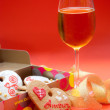 Heart shaped ginger cookies and white wine glass — Foto de Stock