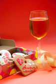 Heart shaped ginger cookies and white wine glass — Foto Stock