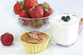 Cupcake besprenkeld met sesamzaadjes — Stockfoto