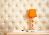 Oświetlenie lampy na stole — Zdjęcie stockowe
