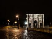 Constantinův oblouk v noci — Stock fotografie
