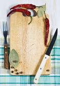 Cortar el tablero, pimienta, tenedor y cuchillo — Foto de Stock