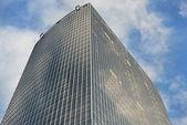 Céu e prédio de escritórios — Foto Stock