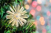 秸秆圣诞雪花杉木树上 — 图库照片