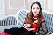 Mooie vrouw in middeleeuwse jurk — Stockfoto