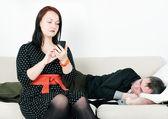 Kobieta kontroli telefonicznej jej człowieka — Zdjęcie stockowe