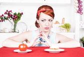 Kadın sağlıklı yemek ve pasta arasında seçim yapma — Stok fotoğraf