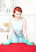 Lächelnd Hausfrau mit Gummihandschuhe — Stockfoto