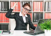 Angry business woman wants to break computer — Fotografia Stock