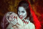 美丽的吸血鬼和她受害者 — 图库照片