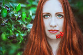 Mujer pelirroja con frutos rojos — Foto de Stock