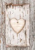Houten hart met berkenschors op het oude hout — Stockfoto