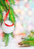 Christmas ball och rött band — Stockfoto