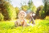 красивая женщина, лежащий в траве — Стоковое фото