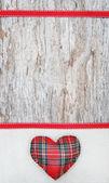 Valentine karty sercem włókienniczych na płótnie i starego drewna — Zdjęcie stockowe