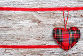 Valentijn kaart met textiel hart op oud hout — Stockfoto