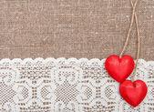Tarjeta de san valentín con corazones de madera y tela de encaje — Foto de Stock