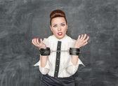 ビジネスの女性と彼女の手に手錠 — ストック写真