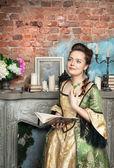 Kitap ile Ortaçağ elbiseli güzel kadın — Stok fotoğraf