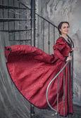 красивая женщина в средневековом платье на лестнице — Стоковое фото