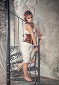 Hermosa mujer steampunk en la escalera — Foto de Stock