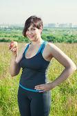 Fitness plus size kvinna med äpple — Stockfoto