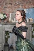 穿着中世纪祈祷美丽的女人 — 图库照片