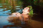 年轻漂亮的溺水的女人躺在水中 — 图库照片