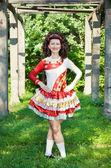 Mujer joven en danza irlandesa vestido posando al aire libre — Foto de Stock