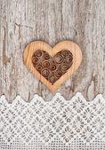 деревянные декоративные сердца на кружевной ткани и старого дерева — Стоковое фото