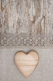 Trä hjärta på spets tyg och gamla trä — Stockfoto